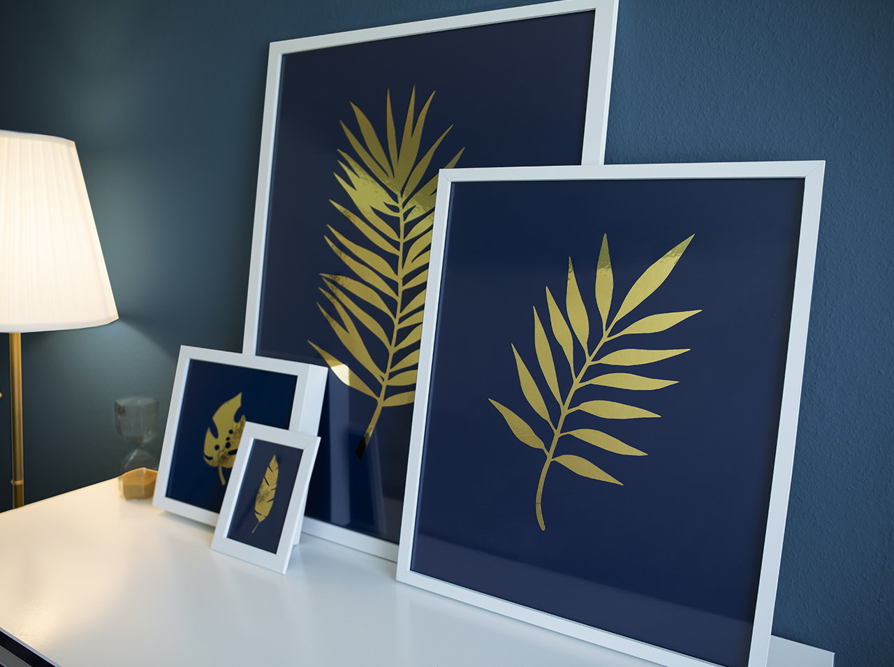 Picture frame in white – decorated on the inside with motifs made from adhesive foils in Navy Blue or alternatively Royal Blue as well as High-Gloss Gold.